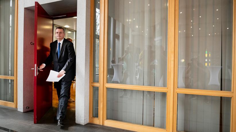 Ex-DFB-Präsident: Reinhard Grindel beim Verlassen der Pressekonferenz vom Dienstag