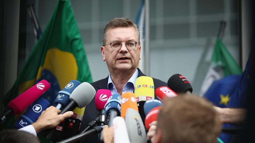 Reinhard Grindel: DFB-Präsident tritt zurück