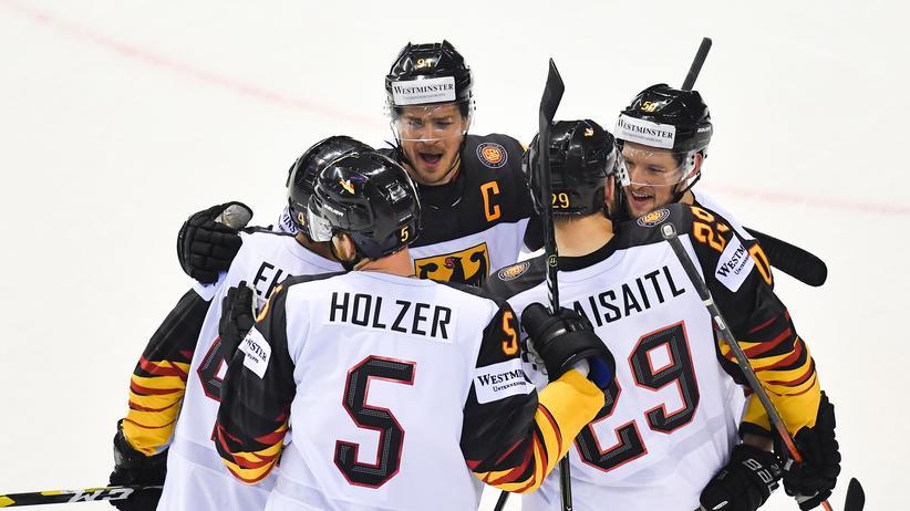 Eishockey-WM: Der deutsche Nationalspieler Leon Draisaitl (2. von rechts) feiert während der Partie gegen Finnland sein viertes Tor dieser WM.