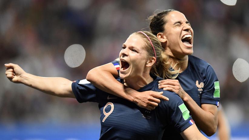 Frauenfußball-WM: Frankreichs Eugénie Le Sommer (l.) feiert ihren Treffer gegen Norwegen