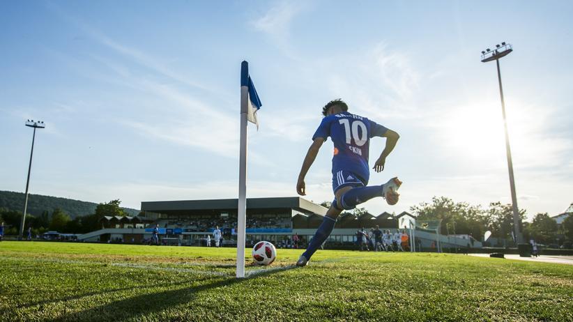 Uefa Regions' Cup: Bayerns Arif Ekin tritt eine Ecke.