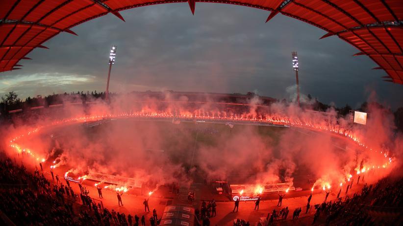Karlsruher SC: Der Karlsruher SC feierte seinen Abschied aus dem Wildparkstadion mit einer Pyroshow nach dem Spiel gegen die Würzburger Kickers – und wurde dafür verurteilt.