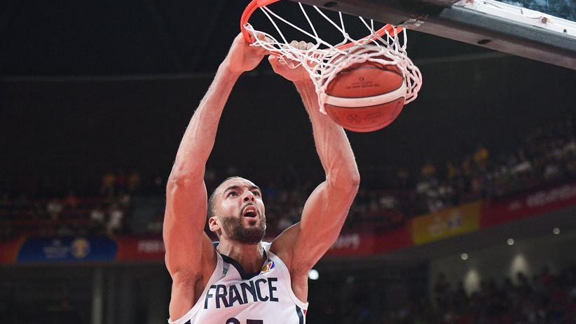 """Basketball-WM: Frankreichs Basketballer Rudy Gobert """"dunkt"""" den Ball beim Spiel gegen Deutschland in den Korb."""