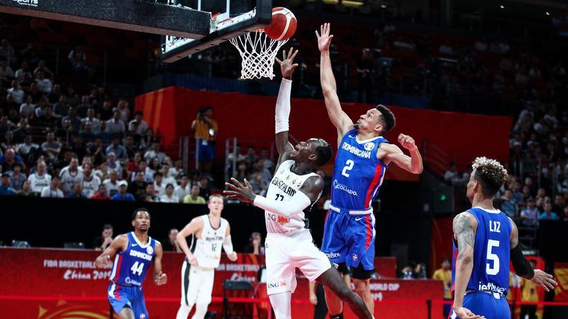 Basketball-WM: Auch NBA-Star Dennis Schröder (Mitte, Nr. 17) zeigte im Duell mit der Dominikanischen Republik keine Top-Form.