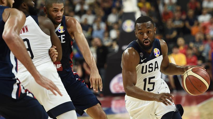 Basketball-WM: Der US-Amerikaner Kemba Walker (R)  im Ballbesitz beim Viertelfinalspiel gegen Frankreich bei der Basketball-WM.