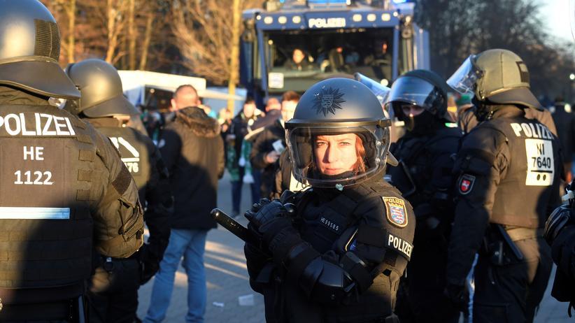 Hochrisikospiele: Eine Polizistin vor dem Weser-Stadion in Bremen