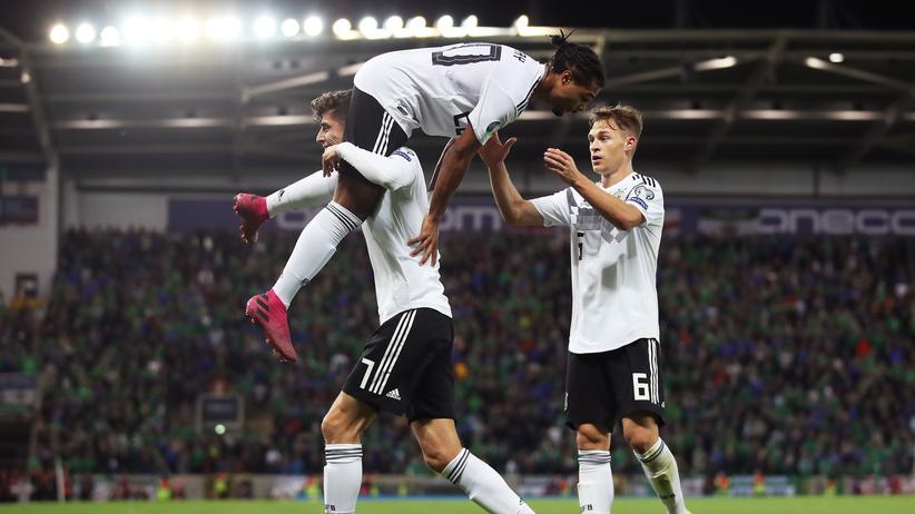 Nordirland – Deutschland 0:2: Kai Havertz (unten) assistierte Serge Gnaby (oben) bei dessen 2:0.