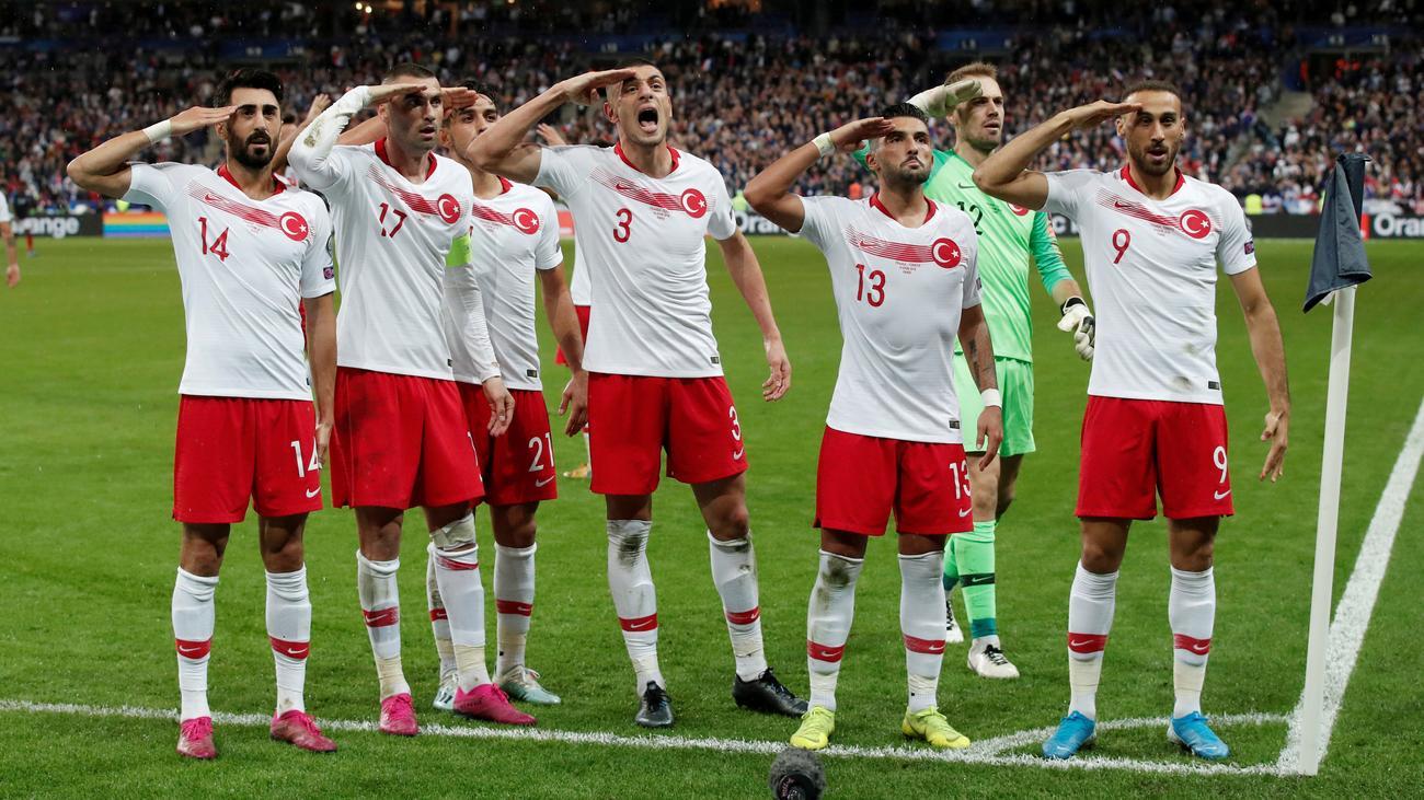 Militärgruß: Türkische Fußball-Nationalspieler salutieren erneut
