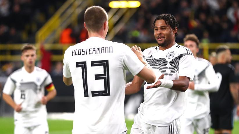 Nationalmannschaft: Verteidiger Lukas Klostermann gratuliert seinem Teamkollegen Serge Gnabry zu dessen Führungstreffer.