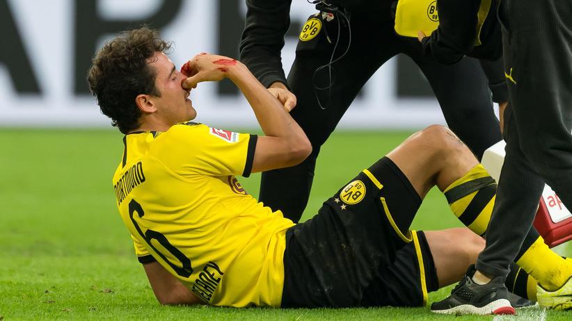 Bundesliga-Rückschau: Das Dortmunder Mittelfeld stocherte und stolperte: Thomas Delaney beim Spiel auf Schalke.