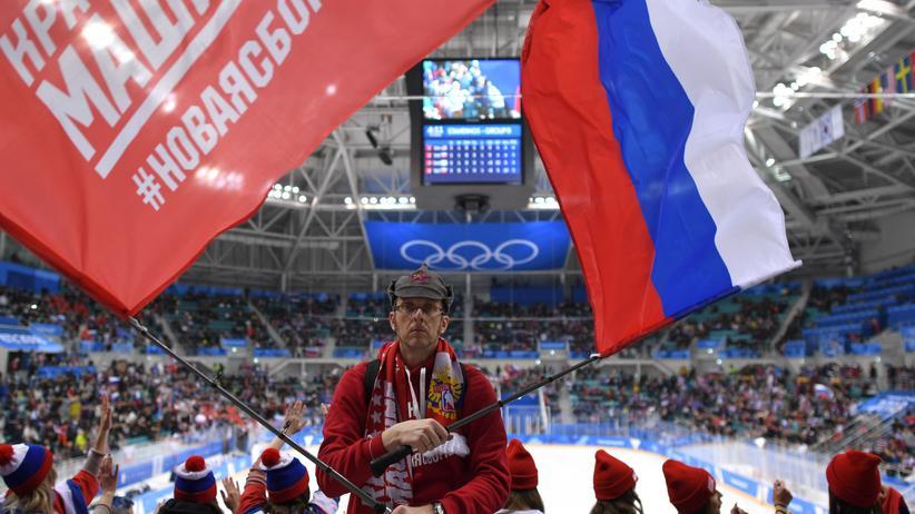 """Welt-Anti-Doping-Agentur: Ein russischer Fan bei den Olympischen Spielen in Pyeongchang. Nur die Fans durften Flagge zeigen, ihr Team startete als """"neutrale Athleten"""". Kommt es wieder so?"""