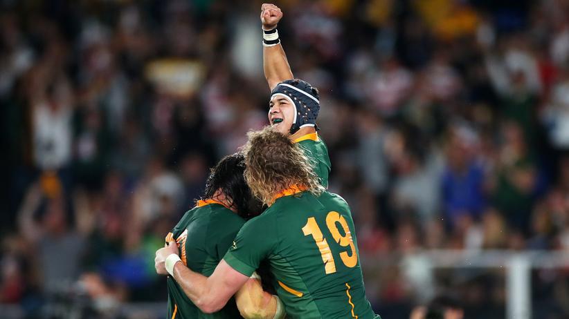 Sieg gegen England: Cheslin Kolbe von den südafrikanischen Springboks feiert mit seinen Teamkollegen RG Snyman und Franco Mostert den Sieg bei der Rugby-WM in Yokohama