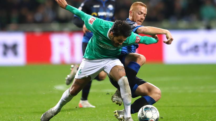 Bundesliga, 14. Spieltag: Leonardo Bittencourt von Werder Bremen im Duell mit Paderborner Mittelfeldspieler Sebastian Vasiliadis.
