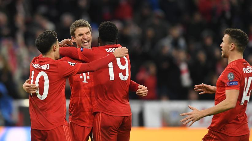 Champions League: Die Spieler des FC Bayern München feiern den Treffer von Thomas Müller zum 2:1.