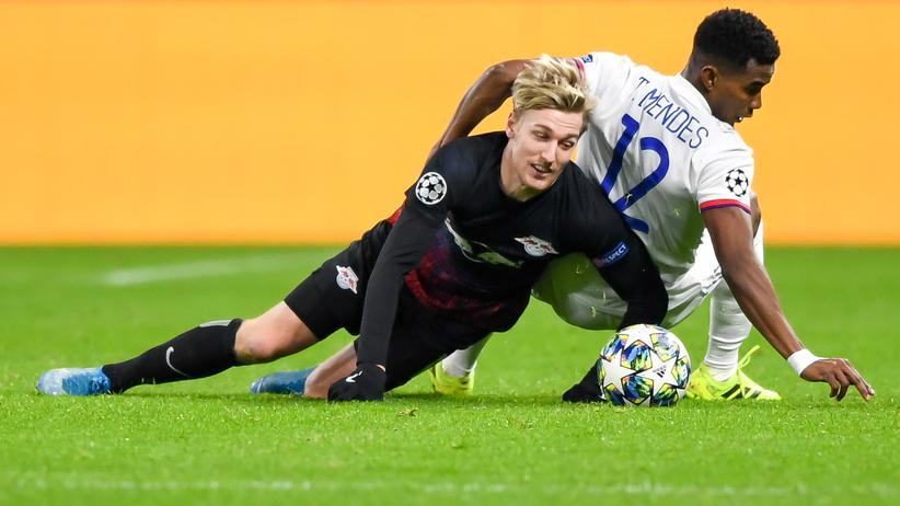Champions League: Leipzigs Emil Forsberg (links) im Duell mit Lyons Thiago Mendes