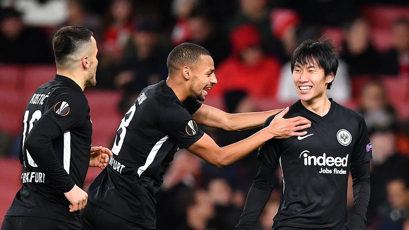 Europa League: Der Frankfurter Daichi Kamada (R) bejubelt mit Mitspielern ein Tor in der Europa League gegen Gruppengegner Arsenal London.