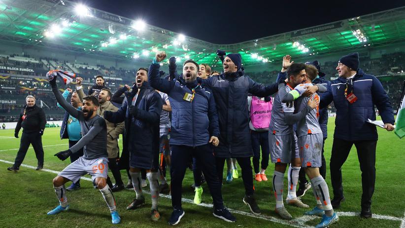Europa League: Das Team von Başakşehir Istanbul jubelt über den Einzug ins Sechzehntelfinale.