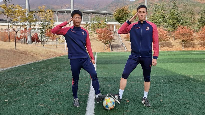 Südkorea: Salutierende Fußballer: Ryu Seungwoo (links) und Kim Kyungjung
