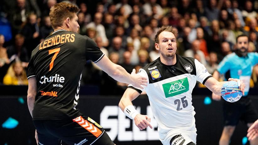 Handball-EM: Kai Häfner im Duell mit Toon Leenders während des deutschen Auftaktspiels der Handball-EM gegen die Niederlande
