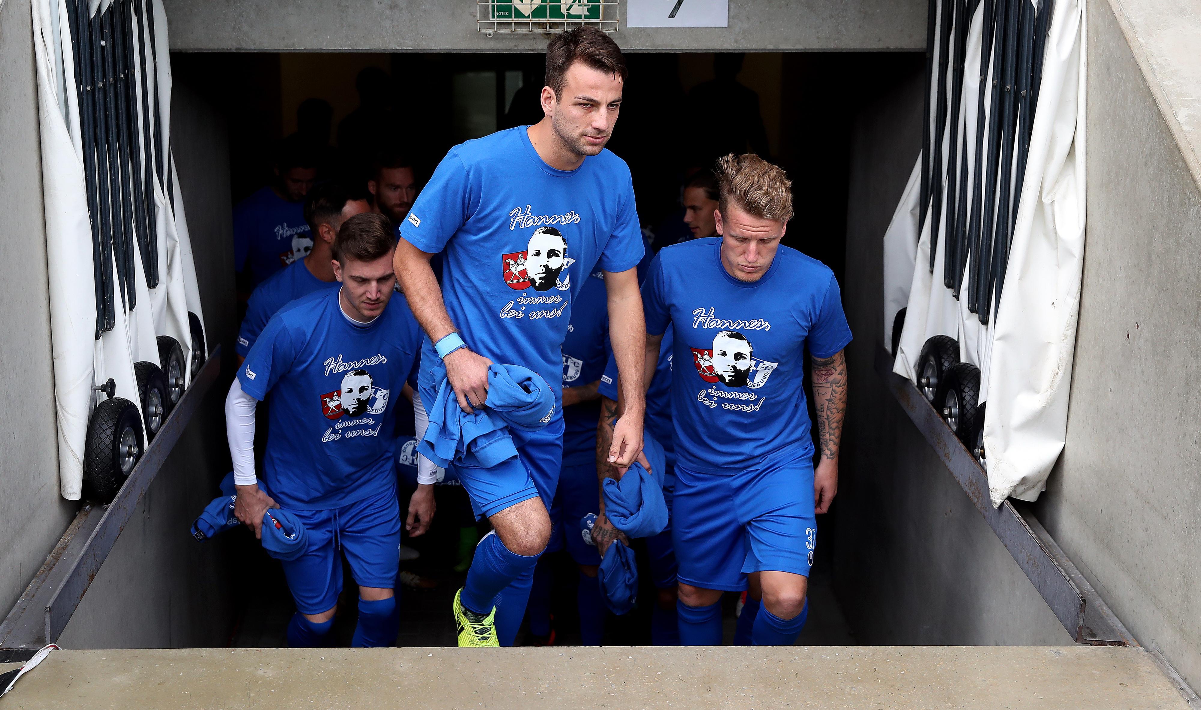 Gewalt im Fußball: Der 1. FC Magdeburg und der Hallesche FC trafen sechs Wochen nach Hannes' Tod im November 2016 aufeinander. Die Magdeburger Spieler trugen zum Aufwärmen T-Shirts mit Hannes' Porträt – und gewannen 1:0.