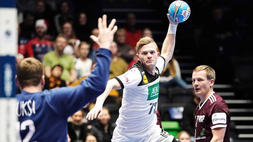 Handball-EM: Timo Kastening im Duell mit Lettlands Torwart Edgar Kuksa beim letzten Gruppenspiel der Handball-EM