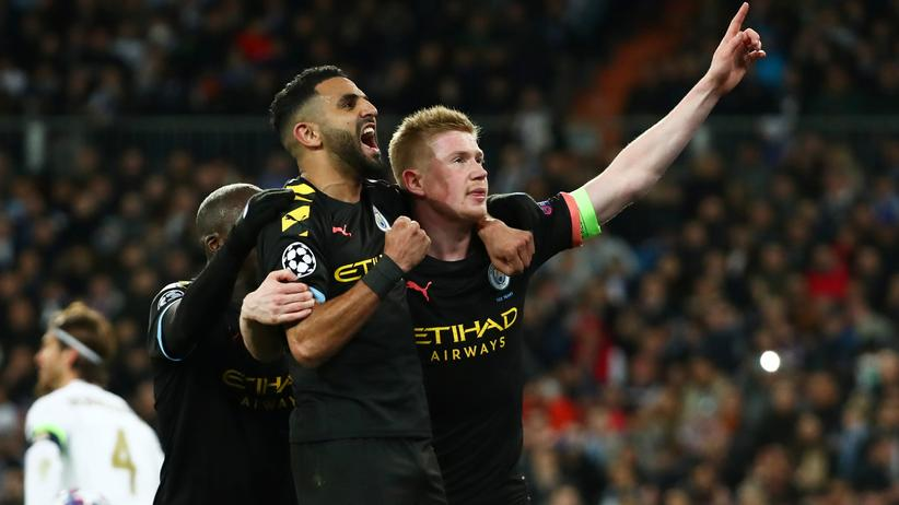 Champions League: Kevin De Bruyne (r.) feiert sein Tor für Manchester City mit Riyad Mahrez und Benjamin Mendy.