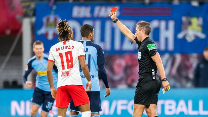 Bundesliga-Rückschau: Ein preußischer Beamter? Nein, ein deutscher Schiedsrichter. Tobias Stieler zeigt Alassane Pléa die Gelb-Rote Karte.