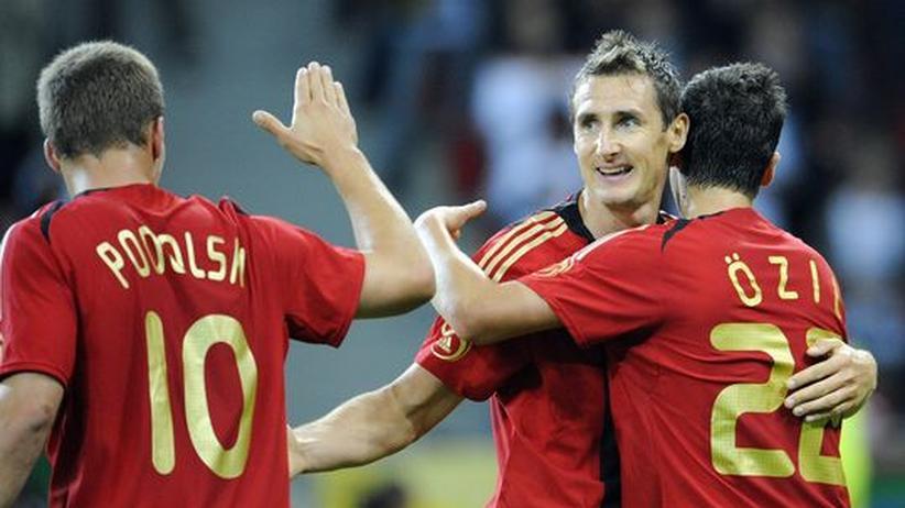 Freut sich auf bessere Zeiten: Miroslav Klose gratuliert dem Torschützen zum 2:0 Mesut Özil, Lukas Podolski dem Passgeber