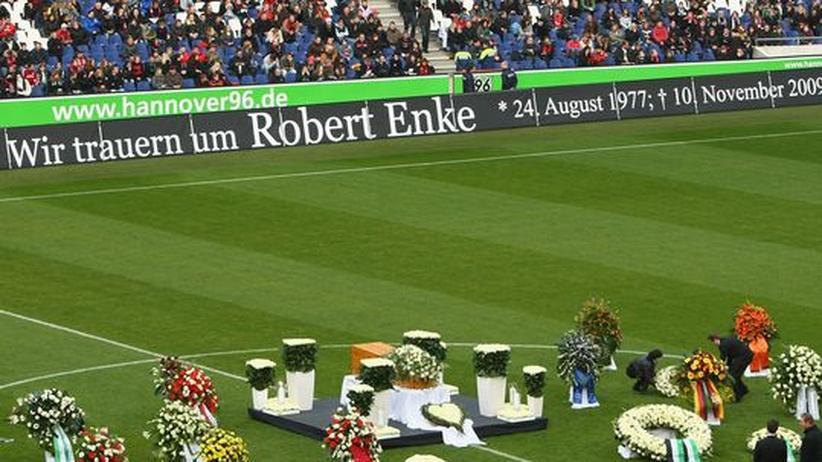 Trauerfeier : Tausende nehmen Abschied von Enke