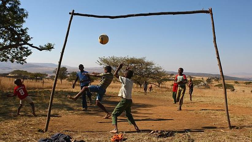 """Kinder während eines Fußballspiels in Südafrika: """"Der Weltfußballverband kommt wie eine Diktatur über das Gastgeberland und schreibt alle Maßnahmen bis ins Detail vor"""""""