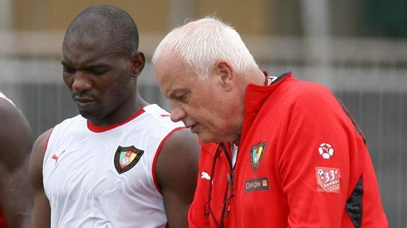 Otto Pfister spricht mit zwei Spielern der Kameruner