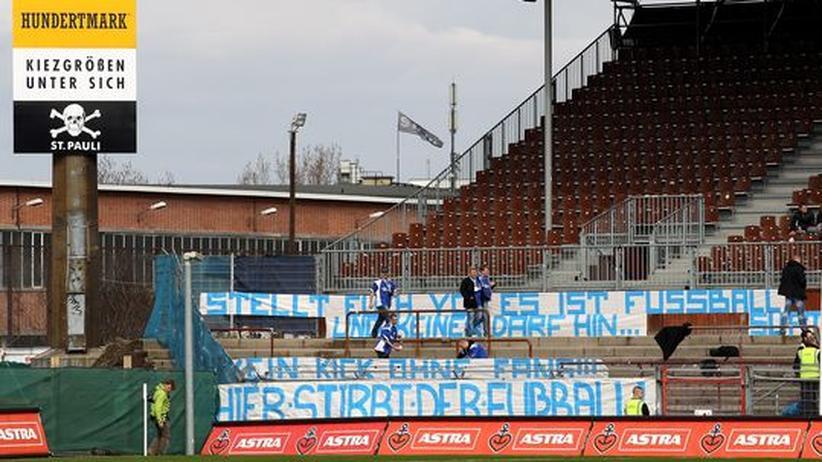 St.Pauli-Ultras: Eine Rostocker Delegation hat auf der Nordtribüne von St. Pauli Transparente angebracht, bevor sie vor dem Anpfiff das Stadion verlässt