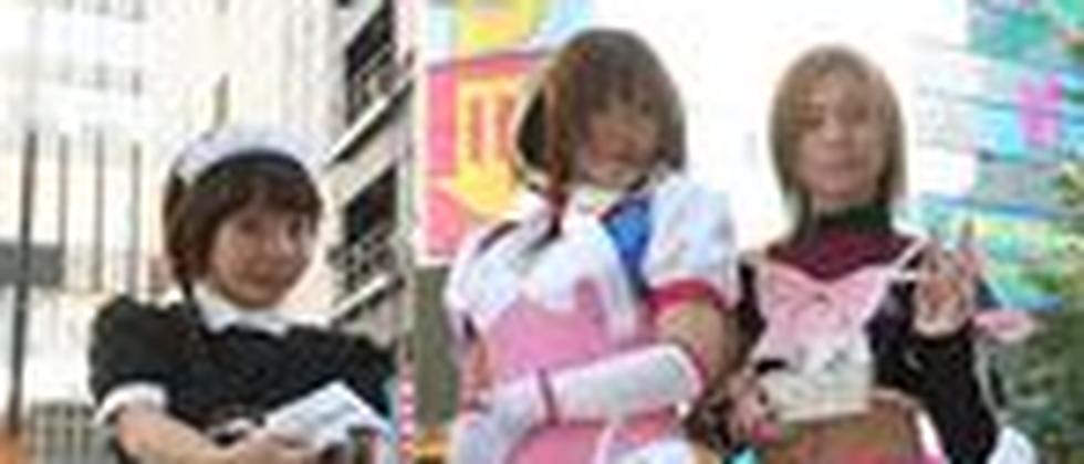 als mägde verkleidete japanerinen stehen auf einer straße in tokio