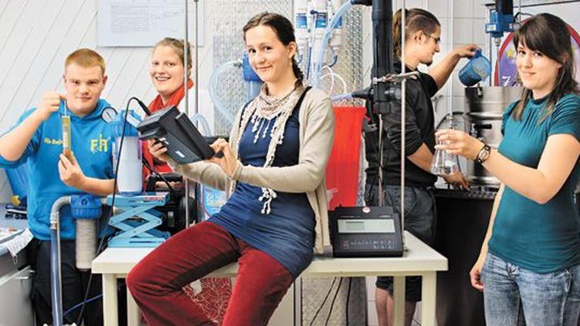 Verfahrenstechnik: Die Verfahrenstechnikstudentin Anna Neelsen (2. v. l.) und ihre Kommilitonen lassen Meerwasser durch eine selbst gebaute Filter- und Entsalzungsanlage laufen.
