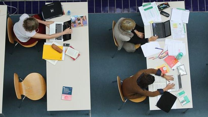 Studienfinanzierung: Studierende sitzen in einer Bibliothek an der Freien Universität Berlin.