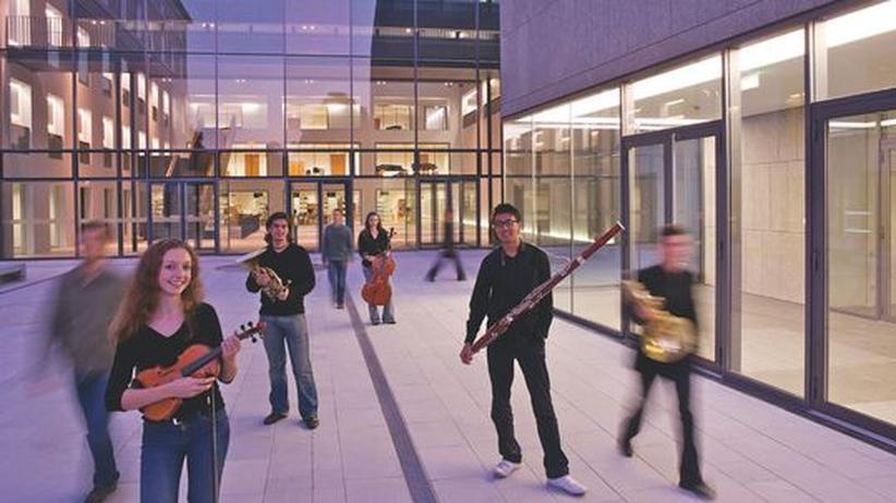 Österreich: Musikstudenten vor der Universität Mozarteum in Salzburg