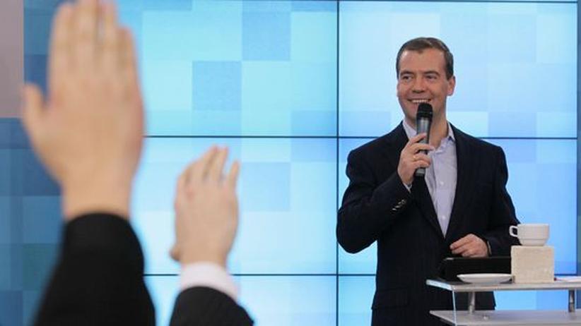 Dmitri Medwedew spricht bei einer Veranstaltung mit Wissenschaftlern und Unternehmern in Skolkovo im Oktober 2011