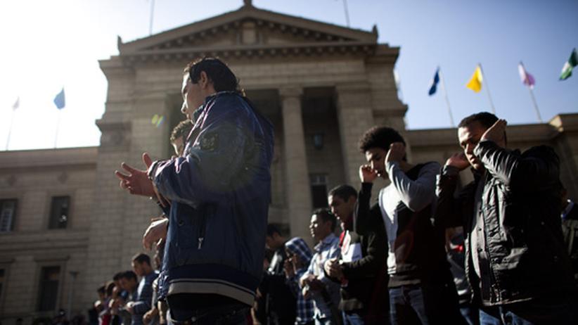 Studenten der Universität versammeln sich im Februar 2012 zum Nachmittagsgebet. Sie protestieren zugleich gegen die militärische Führung in der Regierung.