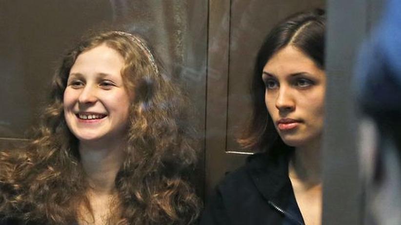 Russland: Maria Aljochina (links) und Nadeschda Tolokonnikowa im Moskauer Gerichtssaal am 10. Oktober