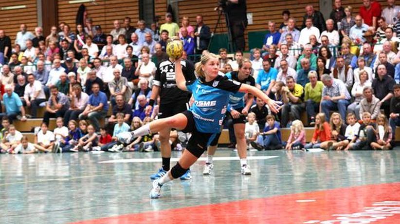 Duale Sportlerkarriere: Die Handballerin Lone Fischer in Aktion