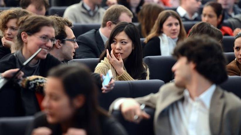 Deutsche Universitäten: Die japanische Studentin Megumi Koike nimmt an einer Konferenz in der Ecole Nationale d'Administration (ENA) in Straßburg teil.