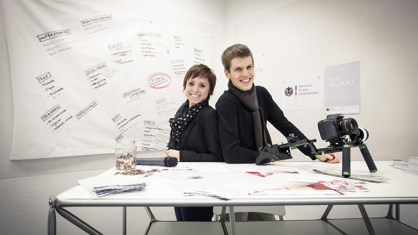 """Konsumkritik: Daniel Clarens und Gina Schöler wünschen sich ein """"Ministerium für Glück und Wohlbefinden""""."""