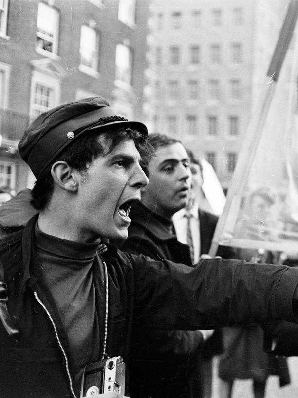 Demokratie: 29th June 1966:  The police submit to a vehement haranguing from a protestor at an anti-Vietnam War demonstration in Grosvenor Square, London.  (Photo by Clive Limpkin/Express/Getty Images)