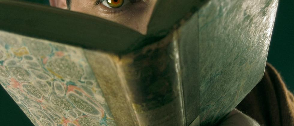 Ein Mann schaut auf ein Buch