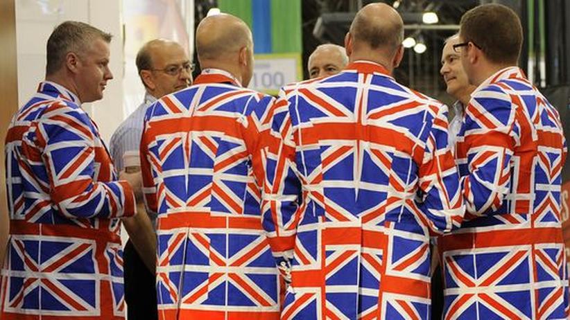 Briten im Union-Jack-Anzug