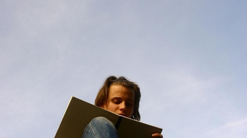Ein Student liest in einem Buch