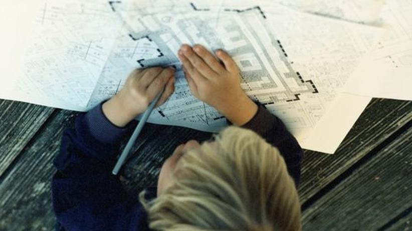 Eine Architekturstudentin am Zeichenbrett