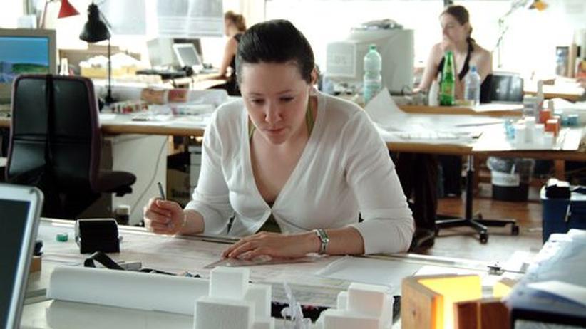 Architekturstudentinnen der BTU Cottbus im Atelier