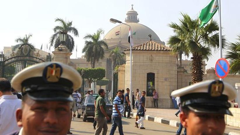 Studium in Kairo: Auch vor der Universität von Kairo patroullierten während der Aufstände ägyptische Polizisten
