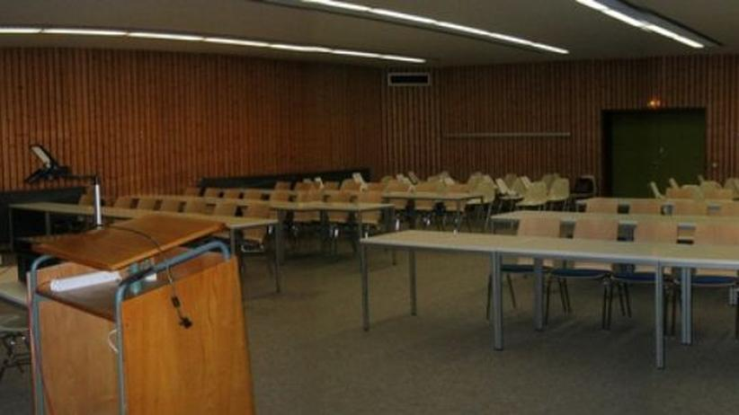 Ein leerer Hörsaal.